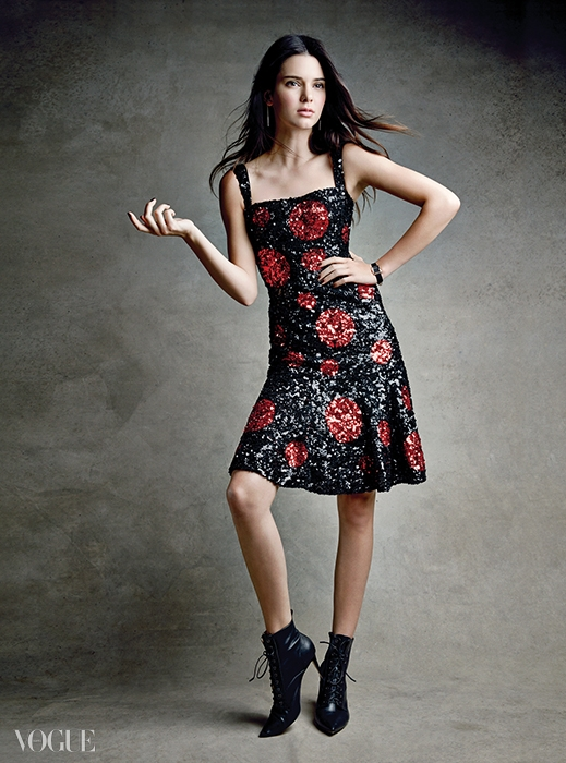 SPARKS FLY스팽글과 빨강, 검정이 조우하면?당신 역시 그들처럼 화려하고 강렬하게타오를 것이다. 실크 소재 스팽글드레스, 18K 핑크 골드 시계는돌체앤가바나(Dolce&Gabbana),부츠는 지안비토 로시(Gianvito Rossi).