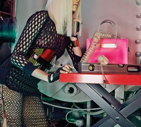 아슬아슬한 시스루 슬릿 스커트,비즈 장식 튜닉, 핑크색 토트백은 모두발렌시아가(Balenciaga),벨트는 더페더(Thefeather), 메탈 뱅글은루이 비통(Louis Vuitton).