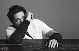 크림색 스웨터는 에트로(Etro),셔츠는 돌체앤가바나(Dolce&Gabbana), 타이는 마르니(Marni).