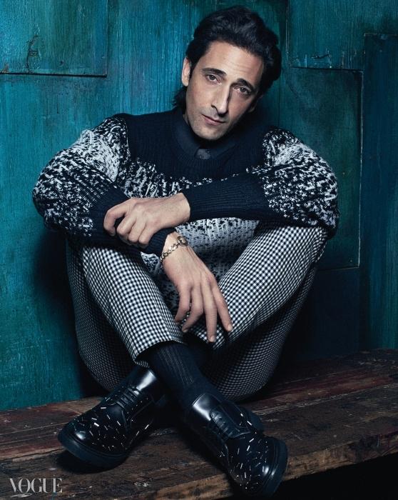 버튼 업 셔츠는 지방시(Givenchy), 타이는 코스튬내셔널(Costume National), 스웨터는 보테가 베네타(Bottega Veneta),체크무늬 바지는 던힐(Dunhill), 구두는 디올 옴므(Dior Homme),팔찌는 자일스앤 브라더(Giles&Brother).