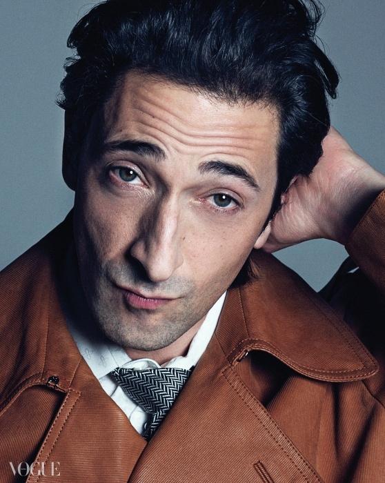 갈색 재킷과 셔츠는 루이 비통(Louis Vuitton),타이는 코스튬 내셔널(Costume National).