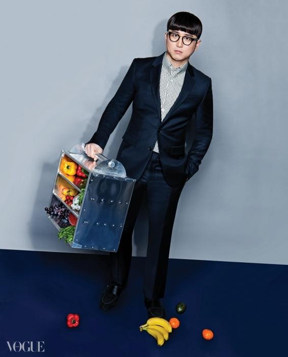 YOON SUNG HO체크 패턴 셔츠와 블랙 수트는 모두바톤 권오수(Baton Kwon Oh Soo),스웨이드 소재 검정 구두는더 브라더(The Brother), 검정 안경은타르트 옵티컬(Tart Optical).