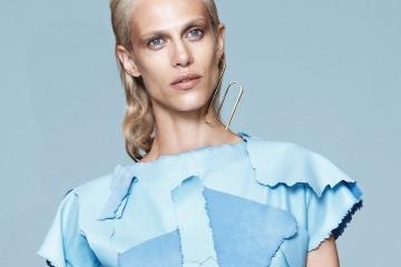 올봄 가장 근사한 블루룩을 고른다면, 첫 번째로꼽힐 만한 J.W. 앤더슨의로에베 컬렉션.부드러운스웨이드로 완성한 톱과종이처럼 얇은 나파 가죽의유도 팬츠를 입은 모델에이믈린 발라드(AymelineValade@Viva Paris).