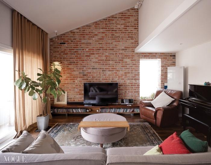 박공지붕과 붉은 벽돌이 따뜻한 느낌을 주는 이 집의 가구와 소품 대부분은 손재주 좋은 부부가 직접 만든 것이다.