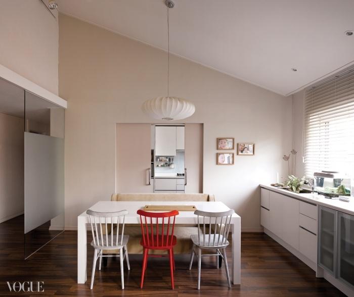 다용도 식탁이 놓인 다이닝룸과 주방 사이엔 미닫이문을 설치해공간을 가변적으로 활용한다.