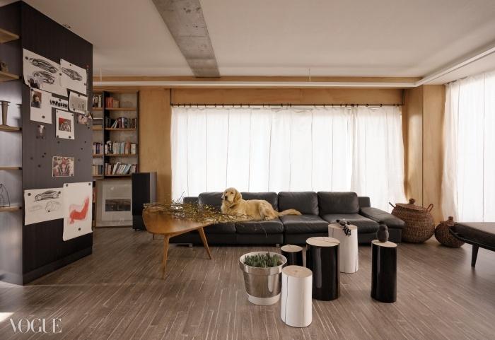 특별한 장식은 없지만, 자연스럽고 편안한 분위기의 거실.미송 합판 벽은 시간이 지날수록 색이 짙어진다. 흰색과 검정 래커칠을한 통나무는 제르바소니(Gervasoni). 시간이 지나면서자연스럽게 틈이 생겼다. 은색 펜톤 화분에는 구근류를 심었다.