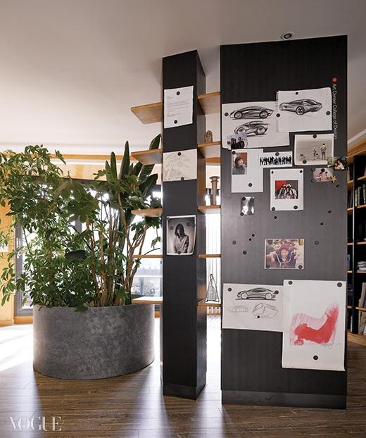 거실과 서재공간을 분할하는 책장 겸 파티션. 파티션 옆에 인산염 부식 철판으로큰 화분을 만들어 관엽식물을 모아뒀다.