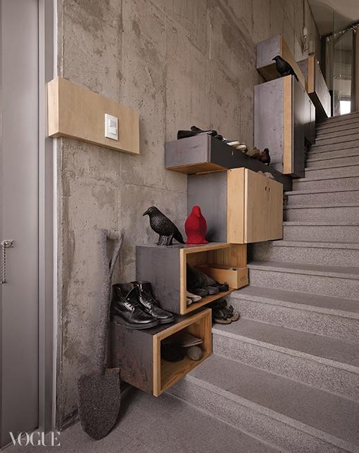 게스트룸과 옥상으로 이어지는 계단.서로 다른 크기의 박스로 신발장을 만들었다.