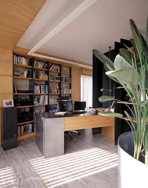 거실의 파티션 겸 책장 반대쪽에 마련된 서재. 책장과 책상 모두 인테리어에 맞춰 제작한 것.