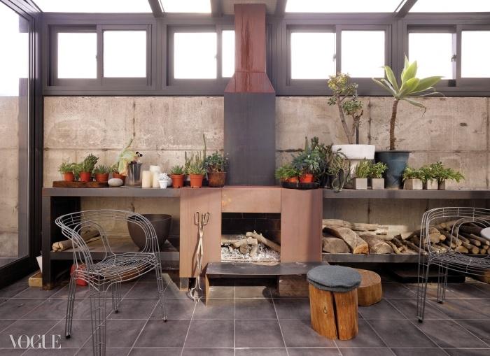 벽난로가 있는 베란다는 우경미 대표가 가장 좋아하는 공간.천장이 유리로 돼 있어 햇볕을 쪼이기 좋다. 작은 화분들은 실내보다 환기가 잘되고선선한 베란다에서 훨씬 잘 자란다.