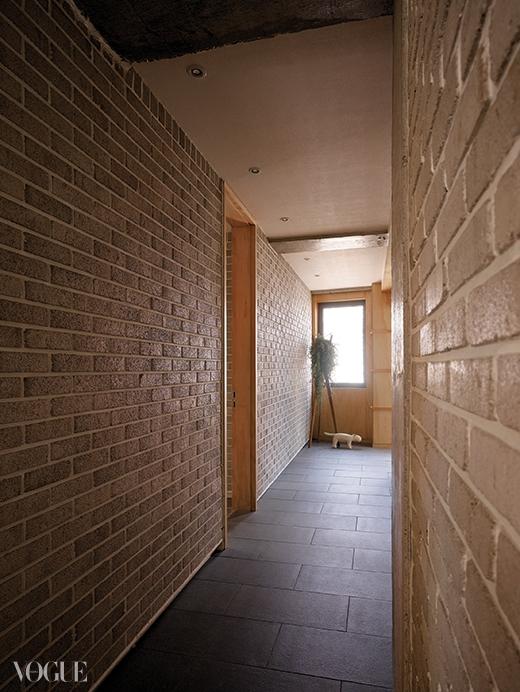 거실에서 옥상 계단으로 이어지는 복도의 작은 창에서도 빛이 들어온다.