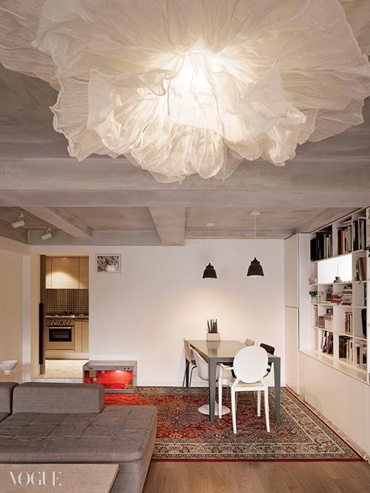 무심한 콘크리트에 페미닌한 소품으로 임팩트를 주듯 실내를 꾸몄다.