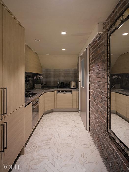 현관에 들어서자마자 마주하는 긴 복도식 주방. 주로 요리를 좋아하는 남편의 공간이다.