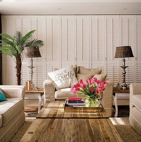이유림 대표는 자신의 집을 전부리비에라 메종 제품으로 꾸몄다.타이포 자수 장식의 캔버스 소재쿠션 커버는 올봄 컬렉션 제품.
