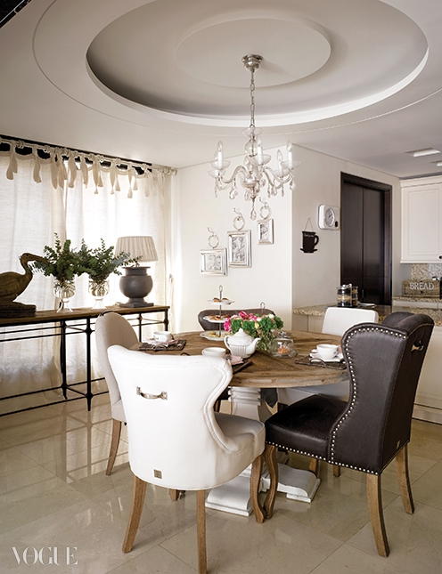 거실의 커피 테이블과 식탁 모두100년 이상 된 나무로 만든 것.식탁에는 서로 다른 디자인의의자들을 매치했다.
