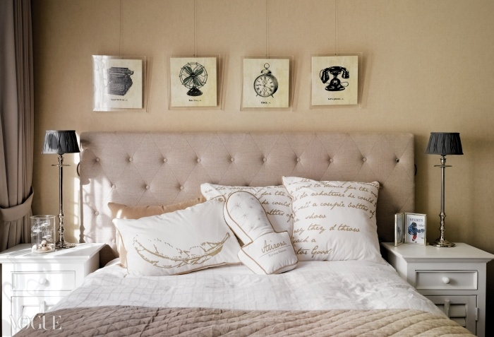 유학 중인 아들 방의 침대헤드와 앤티크한 액자 장식.영어 필기체 디자인의 침구는리비에라 메종 봄 컬렉션.