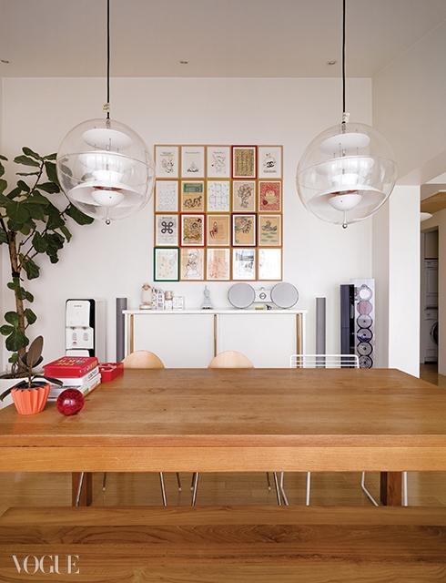 박미나의 'VariousDrawings' 시리즈로 채운 거실. 중간중간색칠 공부 책을 끼워 넣은 것이 노하우.