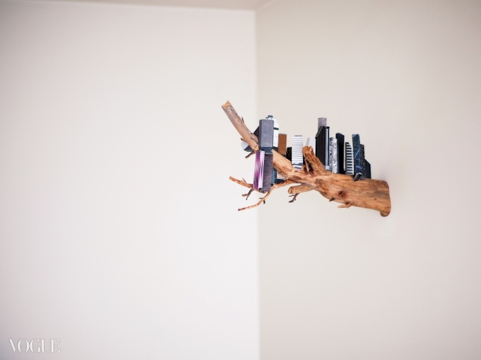 벽과 천장이 만나는 부분을 장식한건 줄리안 오피의 'Christine Swimming' 시리즈.