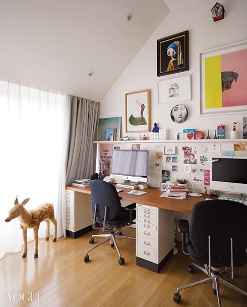 마키 호소카와, 윌리엄웨그먼의 그림부터 포르나세티 장식,그리고 아기자기한 소품으로 가득 채운 작업실.