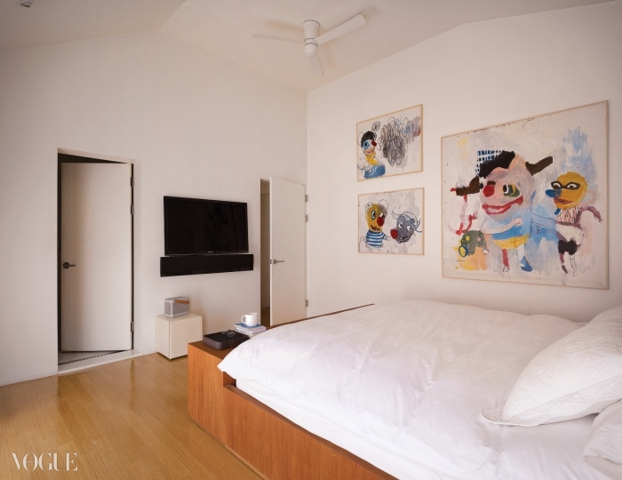 침실에는스타스키 브리네스의 유쾌한 작품들이눈길을 끈다.