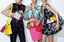 왼쪽 모델의 가방은 델보, 크롭트 톱과 팬츠는 미우미우,가운데 모델이 X자로 멘 퀼팅 백은 모스키노, 오른쪽 모델의 가방은 펜디.