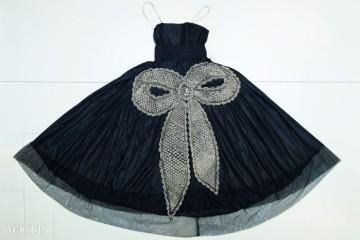 <라 카발리니(La Cavallini)>, 이브닝 가운, 진주와 크리스털, 금속구슬로 자수를 놓은 매듭으로 장식한 블랙 타프타 재질, 1925년