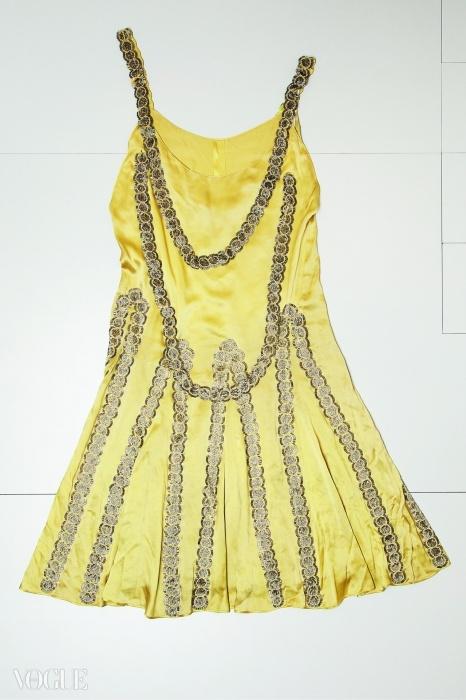 '레스보스 섬', 금속 실, 유리구슬, 은빛 튜브로 장식된 압생트 그린의 실크와 새틴 드레스, 1925년