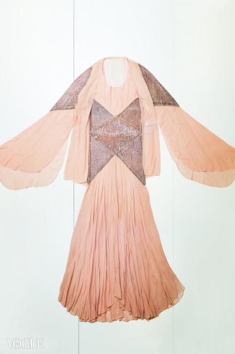 '알크메네', 핑크색 실크 크레이프 소재에 튜브와 스와로브스키 크리스탈로 자수를 놓은 이브닝 앙상블(드레스, 슬립, 재킷), 1929년
