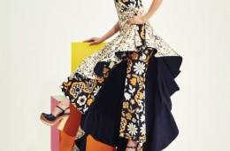 그래픽적인 꽃무늬 올인원 위로언밸런스한 디자인의 원피스를레이어드한 플라워 프린트 드레스는셀린(Céline), 크로그 샌들은 프라다(Prada).