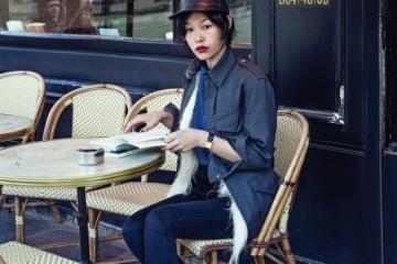 파리 카페에서 만난 정혜선. 데님 재킷과타조 깃털 베스트는 루이 비통(Louis Vuitton).장소 / 르 까보 뒤 팔레(Le Caveau du Palais)