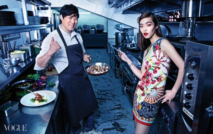 플라워 패턴의 화려한 원피스는돌체앤가바나(Dolce&Gabbana),뱅글과 링은 모두 스와로브스키크리스털 파나쉬(Panache).