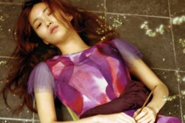 다양한 컬러의 튤을 이용해 가볍고 여성스러운 실루엣을 완성한 크리스토퍼 베일리. 튤 소매와 벨트가 여성미를 극대화하는 프린트 드레스가 대표적 예다.
