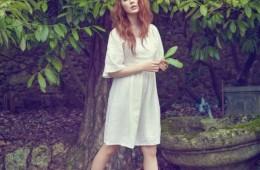 리넨 소재의 벨 슬리브 보호 드레스. 로맨틱한 히피 룩을 위한 완벽한 아이템이다. 프린지 장식 샌들은 보트 슈즈를 변형한 디자인.