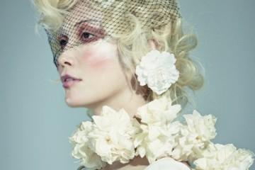 어깨의 메탈 디테일이 포인트인흰색 롱 드레스는 캘빈 클라인 컬렉션(CalvinKlein Collection).