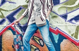 워싱 데님 팬츠, 경쾌한 스트라이프패턴 셔츠, 뱀피 프린트 티셔츠,납작한 슬리퍼가 어울려 세련된스트리트 캐주얼 룩을 완성했다.