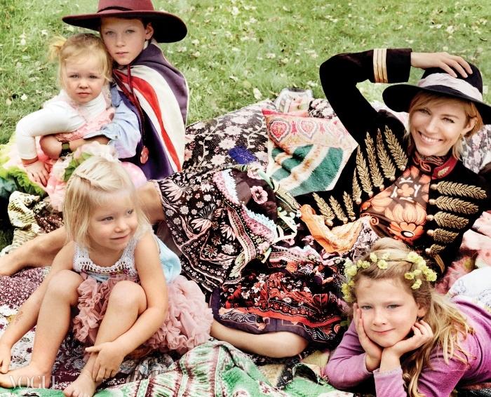 JUST KIDS 친구인 토리 쿡의 딸 롤라, 친언니 사바나의 아이들모스, 리라, 발리와 함께.(왼쪽부터 시계 방향으로)금장 재킷은 구찌(Gucci), 드레스는 발렌티노(Valentino),페도라는 유지니아 킴(Eugenia Kim), 모스가쓴 모자는 BCBG 막스 아즈리아(BCBG Max Azria).