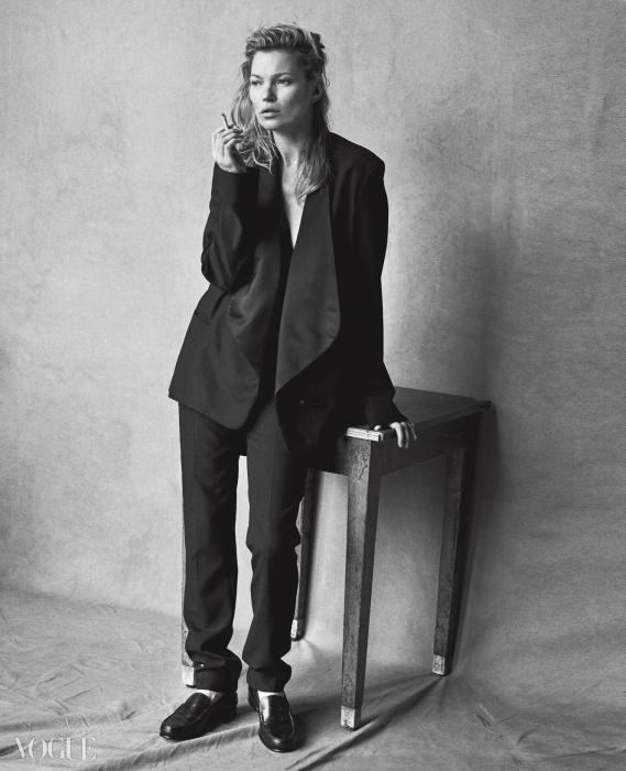 팬츠 수트와 로퍼는 에르메스(Hermès).