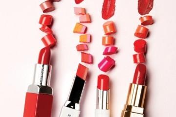 (왼쪽부터)크리니크 '팝'촉촉하게발리고 쨍하게 발색되는립스틱. 특히 시간이지나도 건조해지지않아 매끄럽고 탱탱한입술이 유지된다. 베스트'컬러는 08 체리팝 06포피팝 '01 누드팝.라네즈 '투톤립바'두 가지 색상으로구성된 네모난 립스틱. 두 가지 색상이그러데이션되듯 자연스럽게 어우러지며여배우의 투톤 립 메이크업을 연출할 수있다. 베스트 컬러는 데어링 달링, 레드블러섬, 핑크샐먼 네온주스 투톤.랑콤 '샤인 러버'립밤처럼녹아들듯 발리고 반짝이는텍스처가 생기를 선사한다.베스트 컬러는 120호,346호, 136호.샤넬 '루즈 코코'번들거리거나 두껍지 않은크리미한 텍스처와 발색의밸런스가 훌륭하다. 닿는순간 부드럽게 발려 입술이편안하다. 베스트 컬러는 444가브리엘, 440 아서, 414 사리.