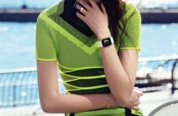 모델이 입은스포츠 감각의 드레스는 알렉산더왕(Alexander Wang),주얼리는 주미 림(Joomi Lim).
