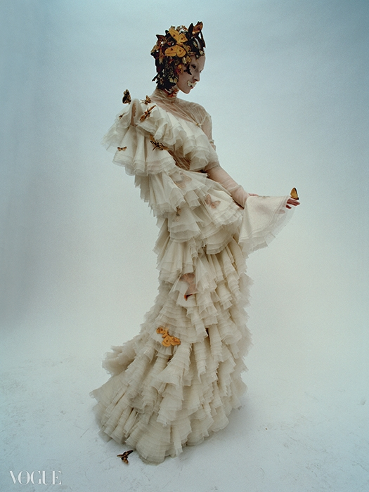 2006 F/W 'The Widows of Culloden'겹겹이 쌓인 오간자 드레스 차림의 모델은 한 송이 꽃과 같다.그 향기에 취해 나비들이 날아든다.