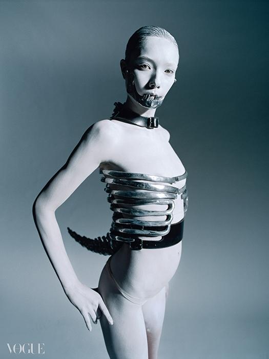 1998 S/S 'Untitled'주얼리 디자이너 숀 린(Shaun Leane)의 철제 코르셋과마우스피스는 섬뜩한 아름다움을 선사한다.