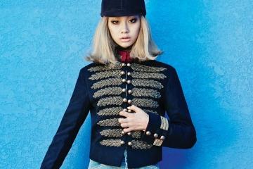 자수 나뭇잎 디테일이 더해진 장교풍재킷과 스웨이드 롱부츠는 구찌(Gucci),데님 소재로 된 라이딩 팬츠는펜디(Fendi), 프린지 장식의 숄더백은생로랑(Saint Laurent).