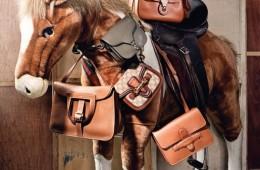 (왼쪽부터 차례대로)승마를 모티브로 디자인한 알장 백은에르메스(Hermès), 카키색 미니 사이즈 크로스백은발렌티노(Valentino), GG 로고 캔버스 소재가 사용된 클래식한레이디 웹 백은 구찌(Guicci), 탄탄한 가죽 질감의 직사각형숄더백은 셀린(Céline), 말 안장에 놓인 리키 잠금 장치가 접목된숄더백은 랄프 로렌 컬렉션(Ralph Lauren Collection)