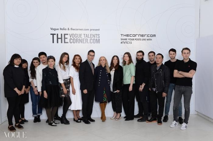 2월 밀라노 패션위크에서 열린 보그 탤런트 코너닷컴(Vogue Talents Corner.com) 발표회에서 페데리코 마르체티(Federico Marchetti)와 프랑카 소자니(Franca Sozzani)가 디자이너 12명과 기념촬영을 하고 있다.ⓒ SGP Italia