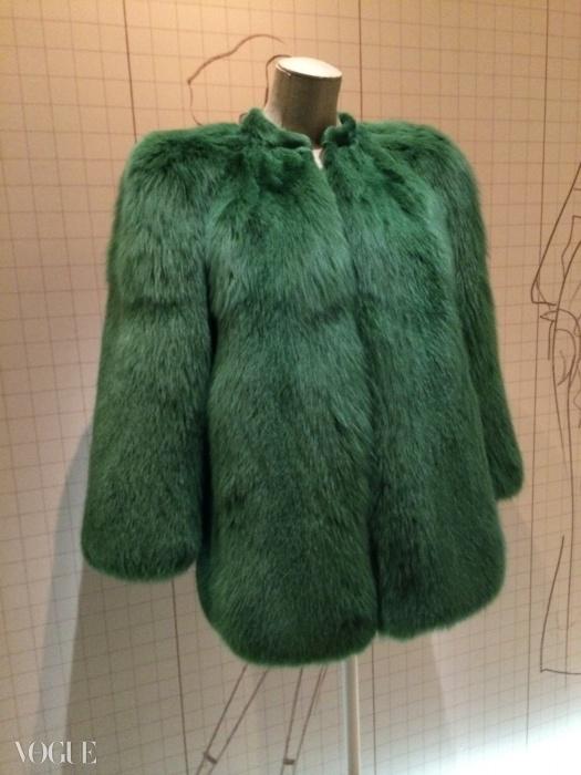 전시된 풍성한 초록색 퍼