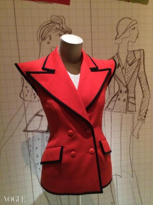 과장된 어깨의 민소매 테일러드 재킷