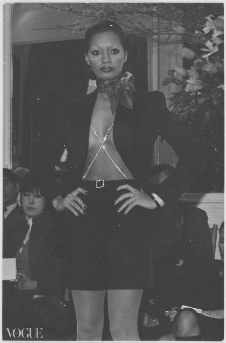 브래지어 대신 다이아몬드 스트랩을 드러낸 턱시도 재킷과 반바지.ⓒ Fondation Pierre Bergé - Yves Saint Laurent