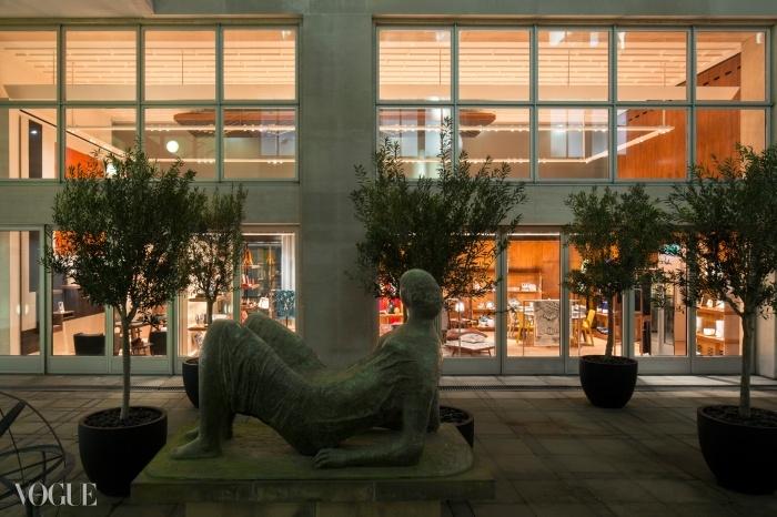 에르메스 뉴본 스트리트 매장 테라스 밖에 놓여있는 헨리 무어 작품