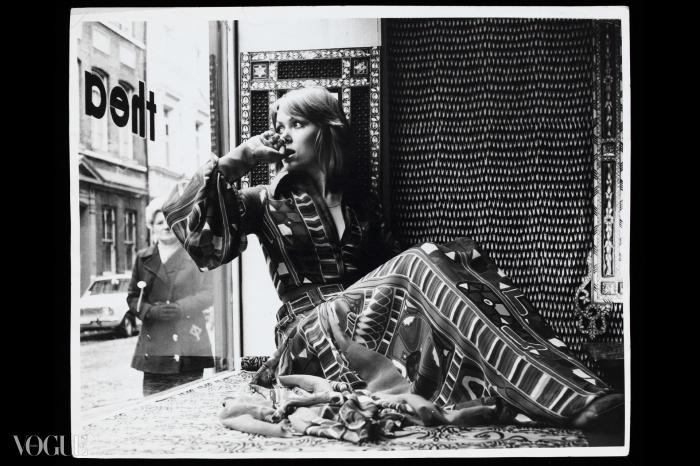 상점 창가에 앉아있는 모델. 산드라 먼로(Sandra Munro)가 만든 사마와(Samawa) 카펫 프린트로 된 실크 시폰 드레스를 입고 있다. (1970년경 런던 그릭 스트리트)