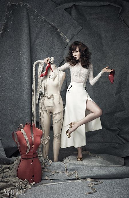 레이스 톱과 버튼 장식 롱스커트는디올(Dior), 골드 스트랩 슈즈는 라펠라(LaPerla with Giuseppe Zanotti).